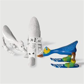 Ente »Emelli« - klein nach vorn gebeugt hellblau mit Ski